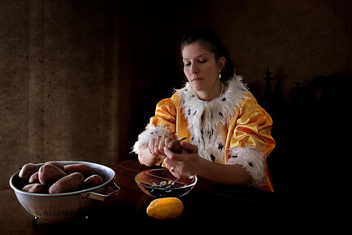 "Patricia Jacomella, Dame mit Kartoffel, 2014 Aus der Serie ""Glücks-Uni-Form"", Foto-Print auf Leinwand, 40 x 60 cm"