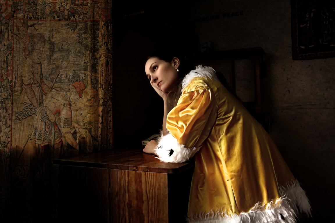"Patricia Jacomella, Dame mit gelber Jacke, 2014 Aus der Serie ""Glücks-Uni-Form"", Foto-Print auf Leinwand, 40 x 60 cm"