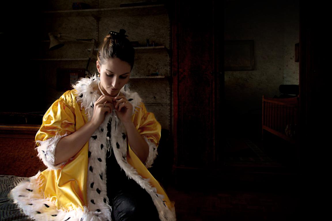 "Patricia Jacomella, Dame mit Perlenkette, 2014 Aus der Serie ""Glücks-Uni-Form"", Foto-Print auf Leinwand, 40 x 60 cm"