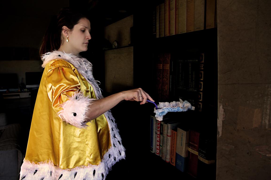 "Patricia Jacomella, Dame mit Swiffer, 2014 Aus der Serie ""Glücks-Uni-Form"", Foto-Print auf Leinwand, 40 x 60 cm"