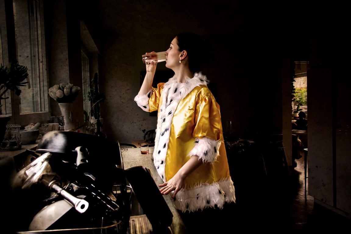"Patricia Jacomella, Dame mit Wasserglas, 2014 Aus der Serie ""Glücks-Uni-Form"", Foto-Print auf Leinwand, 40 x 60 cm"