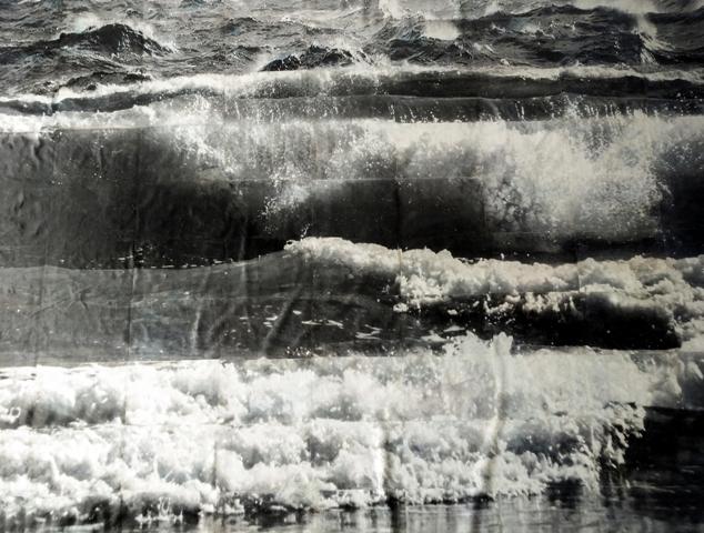 Monument , 2018, Foto-transfer, Aquarell und Dispersion auf Betttuch, 216 x 249 cm